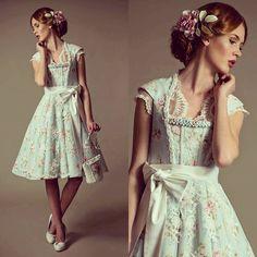 Couturedirndl ,Brautdirndl in hellblau mit romantischem Rosenmuster aus der aktuellen Divineidylle Kollektion www.tianvantastique.com