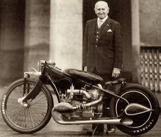 In 1928 a man named Ernst Henne bought a BMW he then took it apart and thew most of the bits away.record breaking supercharged motorcycles ever built , BMW Supercharged ! Moto Cafe, Bmw Cafe Racer, Cafe Racers, Bmw Boxer, Bmw Classic Cars, Classic Bikes, Classic Motorcycle, Scooters, Motos Bmw