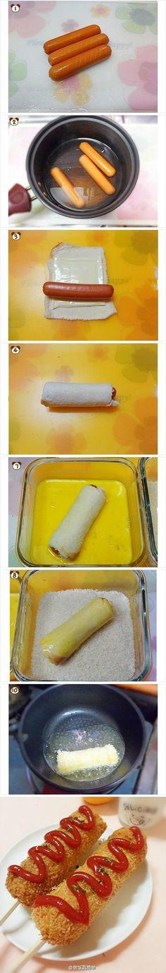 【DIY芝士热狗】 材料:方片面包,鸡蛋,面包,芝士,火腿肠,竹签. 1. 火腿肠用刀划些口子~2. 然后放到热水里泡1分钟~3. 把面包建成方块,然后在方面一次放入芝士和火腿~然后卷起来~4,插上竹签,沾蛋液再沾面包屑,再重复沾一次、下油锅炸至金黄5、挤上番茄酱或者你喜欢的酱料即可