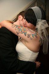 Tal vez soy parcial porque tenía tatuajes visibles en mi boda , pero yo no puedo tener suficiente de los disparos de la boda entintadas. Me encanta la forma en que las novias fuera de lo común, no sólo no sienten la necesidad de ocultar sus tatuajes - se encuentran las formas más hermosas de mostrar sus adornos corporales.