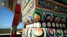 """A 400 metros de altura entre las sierras de Minas se encuentra el Templo Budista, Sengue Dzong, quiere decir """"La Fortaleza del León"""". Su diseño y sus colores vivos quedará para siempre en la retina de sus ojos."""