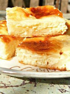 Μια πρωτότυπη υπέροχη και πανεύκολη γλυκιά τυρόπιτα. Μια συνταγή για μια τυρόπιτα με ανθότυρο, ζάχαρη, βανίλια και γιαούρτι. Πασπαλίστε με ζάχαρη άχνη και