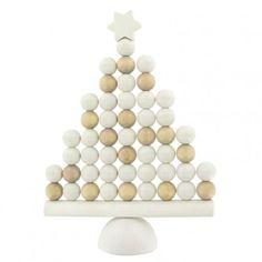 Aarikka JOULUKUUSI Weihnachtsbaum aus Holz, 28 cm hoch, natur/weiß  Sei es als Weihnachtsdekoration oder gar als Weihnachtsbaum-Ersatz auf Reisen oder in kleinen Räumen - der JOULUKUUSI wird Sie erfreuen und Vorfreude auf das Fest verbreiten. Das typische aarikka Design-Motiv der Holzperlen wurde für den Weihnachtsbaum neu interpretiert und zeigt ihn ganz modern und ungewohnt.  Erhältlich in den Farbvarianten grün und natur/weiß.