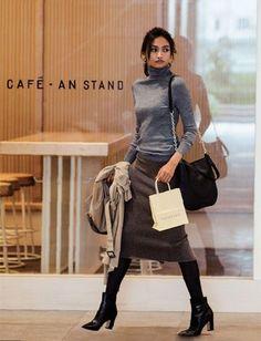 スカートコーデ秋冬。寒くなる秋冬でもやっぱりスカートは履いていたい。30代からのスカートコーデのコツを伝授! 白スカート、赤スカートなど色で考えるスカートコーデ、ミモレ丈スカート、ロングスカートなどデザインで考えるスカートコーデをご紹介。スカートに合うスニーカーって?など スカートコーデに関する着こなしテクニックを徹底解剖!
