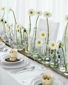 Tischdekoration mit unterschiedlichen Vasenhöhen und weißen Gerbera – white, green and brown wedding table centerpiece with daisies – www.weddingstyle.de (Wedding Cake Green)