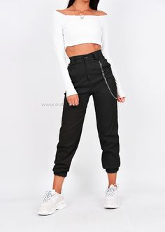Pantalon cargo noir avec chaîne - Ropa Tutorial and Ideas Cargo Pants Outfit, Trouser Outfits, Cargo Pants Women, Sweatpants Outfit, Sporty Outfits, Casual Winter Outfits, Teen Fashion Outfits, Trendy Outfits, Summer Outfits