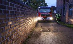 Feuerwehr bei Kleinbrand durch heiße Asche auf Komposthaufen in Wels-Pernau im Einsatz