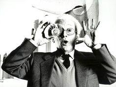Bruno Munari - Una bolla di sapone. Bruno Munari è stato uno dei massimi protagonisti dell'arte, del design e della grafica del XX secolo, esprimendo contributi importanti nelle arti visive, come nella scrittura e nella pedagogia.