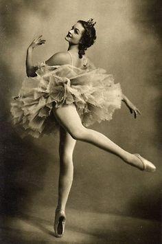 Vintage ballet dancer standing en pointe