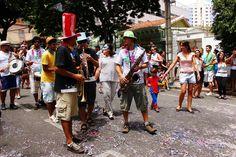Com a proposta de relembrar as antigas folias de rua, o bloco Carnaval da Família reúne pessoas de todas as idades em frente à Escola de Música Cavalieri.