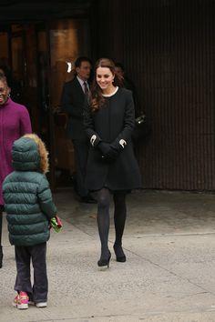 Pin for Later: Kate Middleton ist wirklich die Königin der Schwangerschaftsmode Mantel: Goat