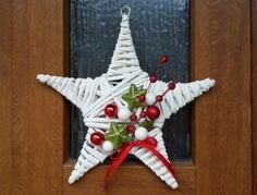 Menší vánoční ozdoba ve tvaru hvězdy.   Hvězdičku můžete použít jako ozdobu vánočního stromečku, jen tak zavěsit nad stůl, do okna nebo na dveře. Váš byt dozdobí a naladí vás na vánoční notu.  Průměr je cca 23 cm
