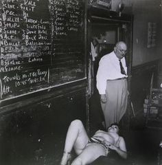 Weegee was the pseudonym of Arthur Fellig (June 1899 – December a photographer and photojournalist, known for his stark b. Famous Photographers, Street Photographers, Weegee Photography, Vintage Photography, Ukraine, Sad Pictures, Helmut Newton, Ways Of Seeing, Man Ray