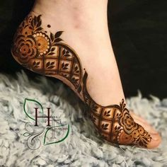 Mehendi on the legs is as important for the bride as is to put it in her hands. We have collected amazing mehndi designs for leg for your inspiration. Dulhan Mehndi Designs, Mehendi, Mehndi Designs Finger, Mehndi Designs Feet, Henna Hand Designs, Floral Henna Designs, Leg Mehndi, Modern Henna Designs, Legs Mehndi Design