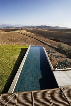 In the heart of the Moroccan countryside, overlooking the grandiose High Atlas, the Villa K is designed by french architecture firm studio ko. The villa Modern Landscape Design, Modern Landscaping, Beautiful Pools, Beautiful Villas, French Architecture, Landscape Architecture, Villa K, Ideas De Piscina, Modern Pools