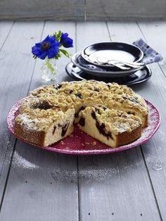 Buttermilch-Kuchen mit Pflaumenmus und Krokant-Streusel