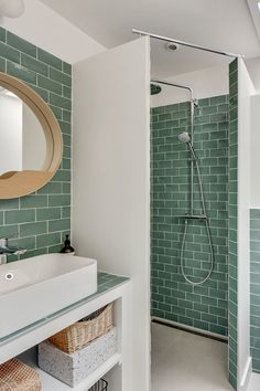 Deco walk-in shower: ideas for a trendy bathroom - shower Bathroom Interior Design, Home Interior, Behindertengerechtes Bad, Modern Bathroom, Small Bathroom, Dyi Bathroom, Walk In Shower Designs, House Design, Home Decor
