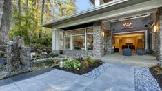 The front of the house makes the first impression in the minds of onlookers. Driving by, we fall in love with a beautiful entryway and façade. Natural Stone Pavers, Natural Stones, Landscaping With Rocks, Landscaping Tips, Mexican Beach Pebbles, Rock Yard, Decomposed Granite, Stone Fountains, Ground Covering
