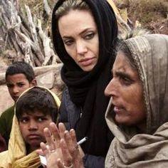 """Personalmente Angelina se ha encargado de visitar 20 de los lugares más pobres para ofrecer su ayuda humanitaria. Desde que se convirtió en embajadora del ACNUR en 2001, ha visitado más de 20 lugares en su labor humanitaria, la última de ellas a Irak. """"Va a ver las cosas por ella misma, de una forma muy próxima y personal. No viaja con cámaras, y creo que es un testimonio auténtico de su dedicación. http://blog.GustavoyEly.com"""