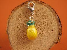 """Pineapple  Charms werden mit Karabinerhaken """"angekettet"""" und sind nach Wunsch und Stimmung austausch- und erweiterbar.   € 2,99"""