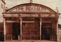 Elcine Pascualini tiene sus comienzos en 1900. Su propietario fue Emilio Pascual Marcos, de ahí el nombre. Empezó su andadura siendo transportado de un lugar a otro. Estuvo instalado en el pasillo de Santo Domingo durante la feria del Carmen, luego en el paseo de Reding y también en la plaza de la Merced, donde permaneció hasta 1906.  De la la plaza de la Merced se trasladó a la calle Cerrojo por orden del Ayuntamiento, y fue en 1907 cuando se instaló definitivamente en calle Córdoba, donde…