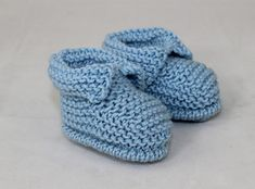 Baby's First Booties Knitting pattern by madmonkeyknits Baby Booties Free Pattern, Knit Baby Booties, Christmas Knitting Patterns, Baby Knitting Patterns, Knitting Tutorials, Baby Patterns, Baby Scarf, Universal Yarn, Crochet Fall