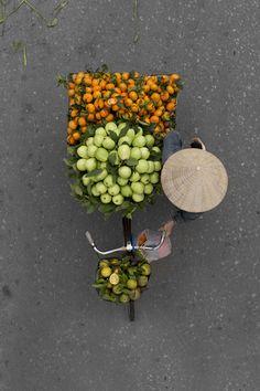 Au Vietnam, le photographe Loes Heerink a voulu mettre à l'honneur les vendeurs de rue de la ville de Hanoi, tout en changeant des angles classiques et des photos classiques que l'ont peut trouver.…