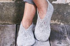 Sutskoene her er strikket efter en traditionel opskrift og forsynet med et dekorativt hulmønster foran. Og så er de perfekte til julegaver. Sy evt. vaskeskind under sålerne, så holder de længere! Crochet Slippers, Knit Crochet, Knit Wrap, Knitting Socks, Scrunchies, Knitting Patterns, Peep Toe, Heels, Boots