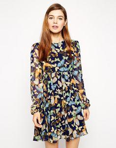 Vestido de vuelo de manga larga con estampado de mariposas de ASOS 68,57 €