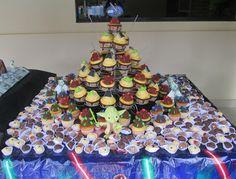 Mimos e Delícias da Cris: mesa de doces com cupcakes Star Wars. Sabor baunilha invertida, brigadeiro e doce de leite com topper de glacê e forminhas compradas nos Estados Unidos!