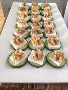 Een eenvoudig, maar heerlijk hapje.. Een plakje komkommer, stukje brie een walnoot en als laatste een drupje honing erop.