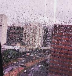 Atrás da chuva tem as torres
