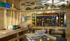 Slik innreder du garasjen med arbeidsbenk - viivilla.no Carpentry, Nerf, Man Cave, Workshop Ideas, Home, Carport Garage, Tools, Atelier, Folding Workbench