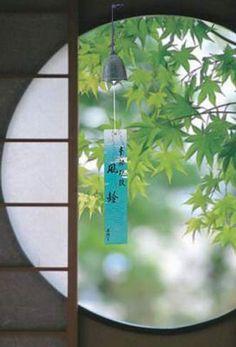 Zen - Japanese wind chimes & prayer notes Plus Japanese Design, Japanese Art, Japanese Style, Image Japon, Feng Shui, Sakura House, Japanese Wind Chimes, Geisha, Le Vent Se Leve