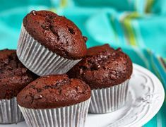 Muffins me kakao kai elaiolado Sweets Recipes, Whole Food Recipes, Cake Recipes, Diabetic Friendly Desserts, Healthy Desserts, Healthy Food, Chocolate Muffins, Mini Chocolate Chips, Cap Cake