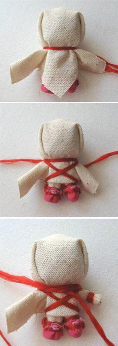 В традиционной кукле Счастье главное − это волосы, в них женская сила. Коса закручивается вверх и служит опорой кукле, делая её устойчивой. Немногие традиционные народные куклы могут стоять самостоятельно. Детали, как тесьма по низу юбки и др., не уточняю, они очевидны, их можно делать, можно не… Towel Crafts, Fabric Dolls, Kids Cards, Doll Patterns, Handicraft, Baby Dolls, Reusable Tote Bags, Hair Beauty, Hair Styles