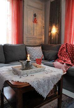 sohva,kulmasohva,ektorp,ektorpsohva,harmaa punainen,vanha ovi,vanha puu,kynttilä,pilkullinen,olohuone,kodikas,värikäs,värikäs koti,sohvapöytä