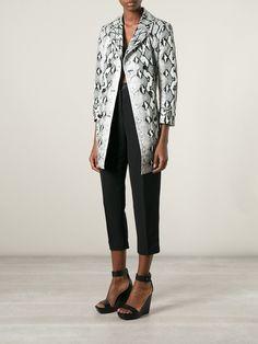 Abrigo con estampado de piel de serpiente en mezcla de seda negro y gris de  Roberto Cavalli.  d1010068173cb