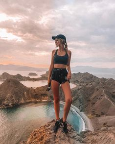 Our girls' rock climbing gear wheel is comprised of methodically designed running pants, tops, capri pants and leggings. Cute Hiking Outfit, Summer Hiking Outfit, Camping Outfits, Hiking Outfits, Gym Outfits, Outfits Spring, Hiking Fashion, Outdoor Outfit, Clothes For Women