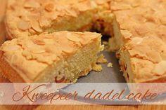 Kweepeer cake met dadels | Kooktijdschrift.nl Donuts, Banana Bread, Cake Recipes, Muffin, Easy Meals, Cookies, Sweet, Desserts, Ovens