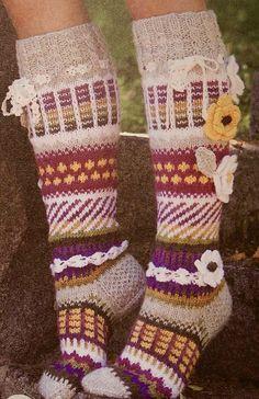 Kukilla koristeltu naisten värikäs polvisukka . Koko 38