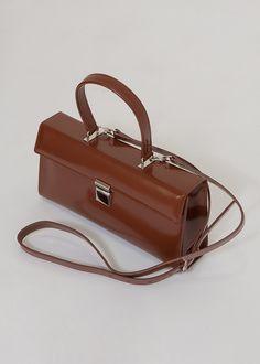 Structured Box Bag w/Handle & Shoulder Strap. Interior Zip Pocket & Black Fabric Lining Leather x x By Cafe Noir. Box Bag, Bago, Black Fabric, Leather Bag, Shoulder Strap, Fashion Accessories, Backpacks, Hardware, Handle