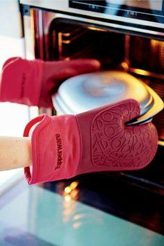 Silikon Ugnshandske. Tål upp till +200 grader och skyddar dina händer maximalt mot värme. Tack vare handskens utformning och silikondelens mönstrade yta får du ett säkert grepp. För vänster- och högerhänta.