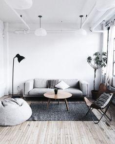 Decoração minimalista: ambientes brancos para a iluminação se propagar melhor e móveis elegantes para combinar com o piso de madeira.