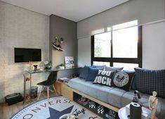 10 trucos para decorar una habitación juvenil con éxito. Dormitorio juvenil con pared de ladrillo y paredes grises, estores y cama elevada. Suelo de parqué y decoración en blanco y gris.