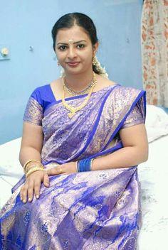 Beautiful Women Over 40, Beautiful Girl Indian, Real Beauty, Beauty Women, Aunty In Saree, Banarasi Sarees, Beauty Queens, Indian Sarees, Pretty Woman