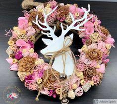 """Kézműves Csodák Műhelye's Instagram post: """"Ő már kicsit téli, kicsit karácsonyi és kicsit vintage😍❤️🦌 Átmérője 29-30 cm Rendeléshez a legfontosabb információkat a Facebook oldalunk…"""" Burlap Wreath, Marvel, Wreaths, Facebook, Vintage, Instagram, Decor, Decoration, Door Wreaths"""