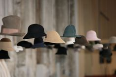 Best Decor Hacks : A collection of hat storage ideas Diy Hat Rack, Hat Hanger, Hat Hooks, Fancy Hats, Cool Hats, Baseball Hat Racks, Cowboy Hat Rack, Hat Storage, Storage Ideas