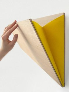 diy wandregal aus holz und gelbem stoff arm wanddeko idee wandgestaltung