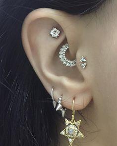 #piercingaddict #cartilagepiercing #flatpiercing #helixpiercing #doubletragus #daithpiercing #whitegold #mariatash #bvla #thepiercingannex #earproject